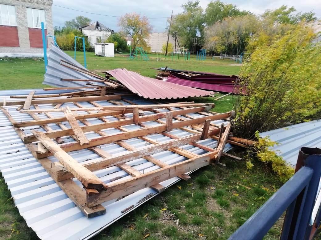 Ветер не просто сдирал профнастил, но и полностью сносил конструкции крыш