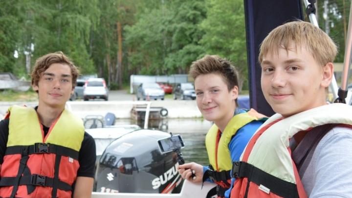 Озёрских школьников, смастеривших «яхту Gucci», прокатили на настоящем катере