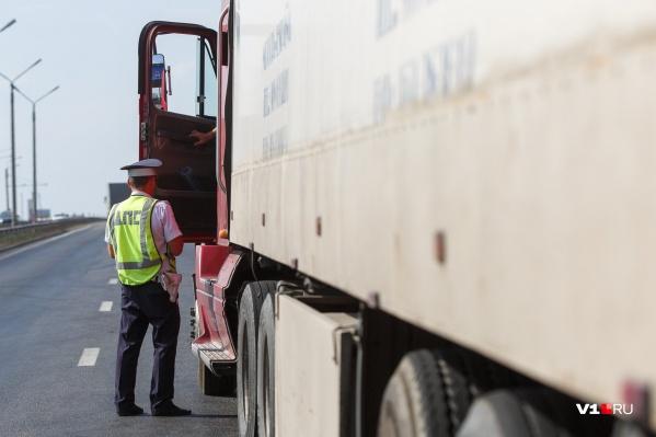 Пока из региона не уйдет жара, водители будут стоять на обочинах