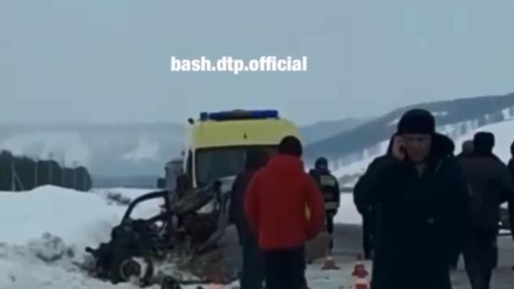 Двое пассажиров — сразу насмерть: в Башкирии «Лада-Калина» залетела под грузовик