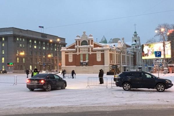 Парковку закрыли возле здания Ленина, 1