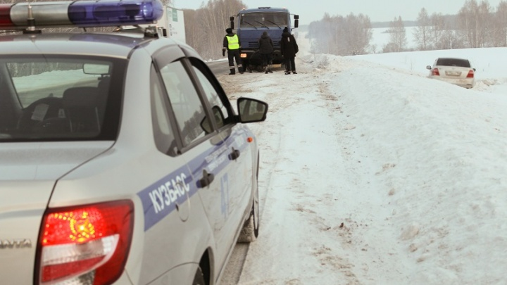 Автоинспекторы спасли замёрзших новосибирцев из вылетевшей с трассы «Тойоты»