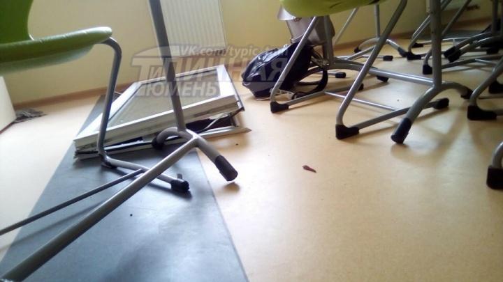 Сильным ветром выбило стеклопакет в новой тюменской гимназии: смотрим на последствия непогоды
