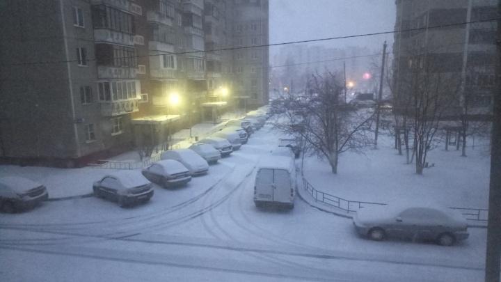 Апрельский привет от зимы: Челябинск накрыл ночной снегопад