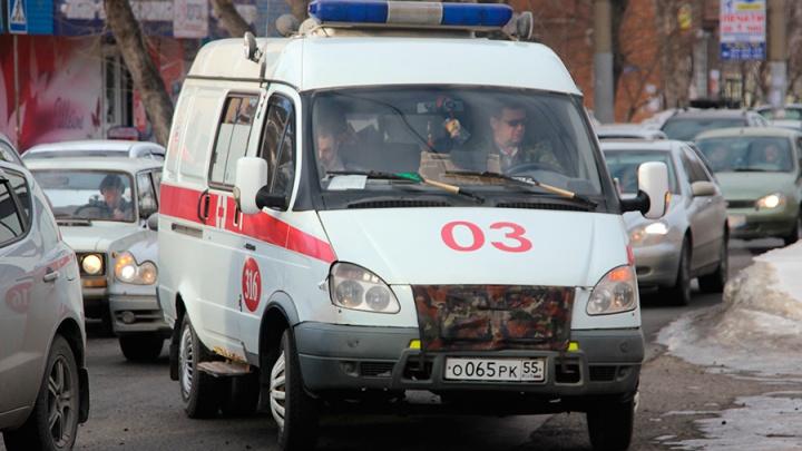 В Омске друг пациентки повалил на землю водителя скорой и избил его