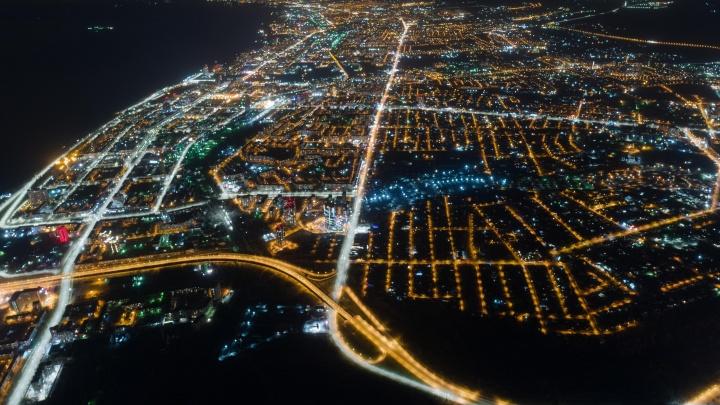 Не хочет засыпать: волгоградский фотограф показал красоту ночного города с высоты