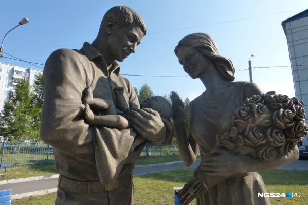Памятник счастливой семье у роддома №1 в Красноярске