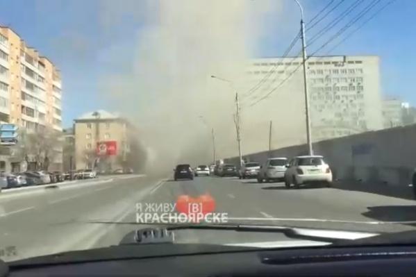 Из-за поднявшейся пыли видимость на дороге практически нулевая