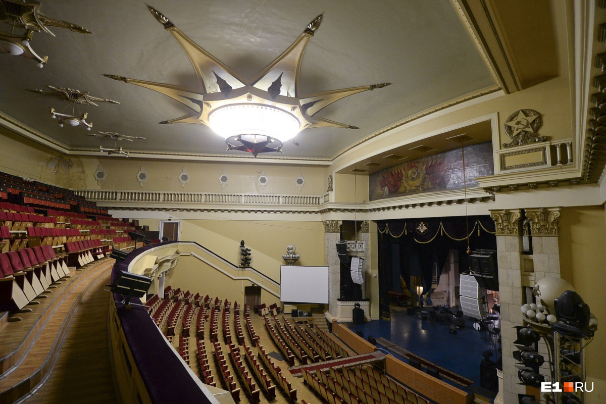 Большой концертный зал. Бывшие сотрудники утверждают, что во время одного выступления в зал упала какая-то железная деталь от потолочной звезды. Говорят, хорошо, что никого не было на этом месте
