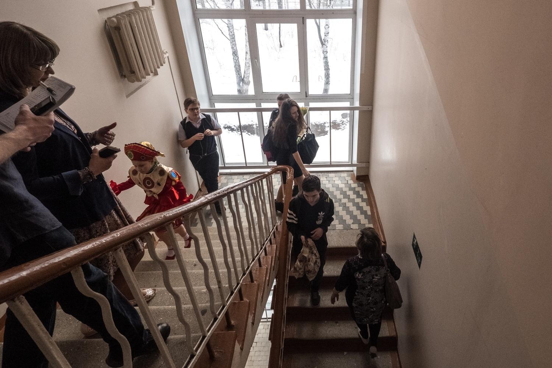 В школе открыли пожарную лестницу и запасные выходы, чтобы избежать давки и толкучки