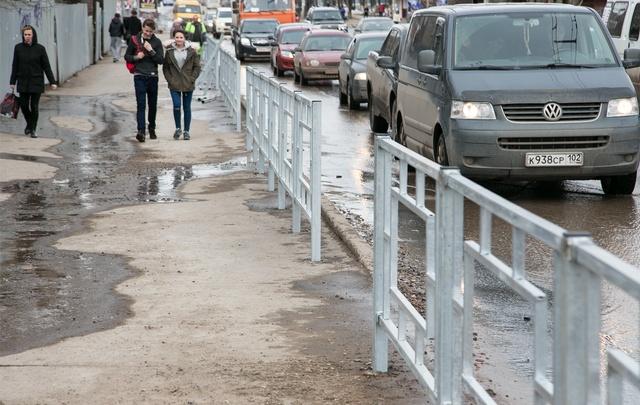В Уфе начали устанавливать пешеходные ограждения