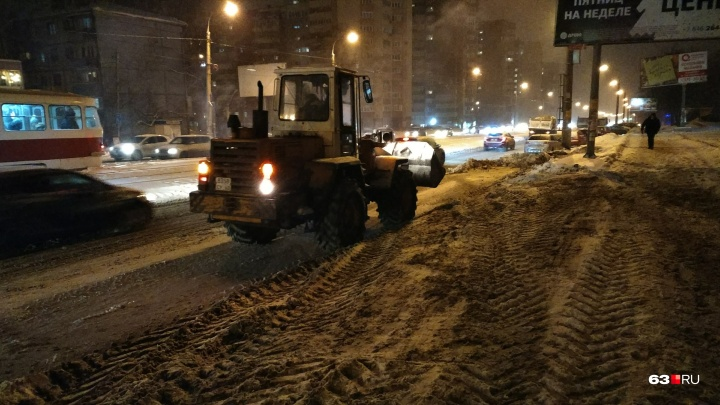 «Помогите — уберите машины с обочин»: устранять последствия снегопада в Самаре будут всю ночь
