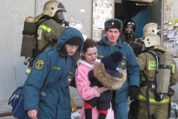 Эвакуированных людей размещали в теплом автобусе