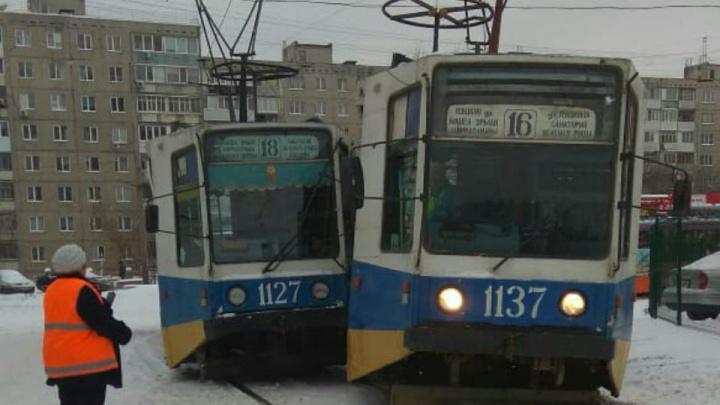 В Уфе два трамвая не поделили рельсы