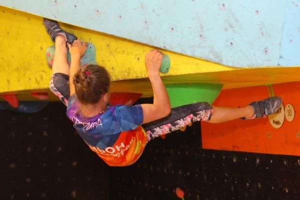 Когда ребенок карабкается вверх, а потом спускается, у него работают все группы мышц