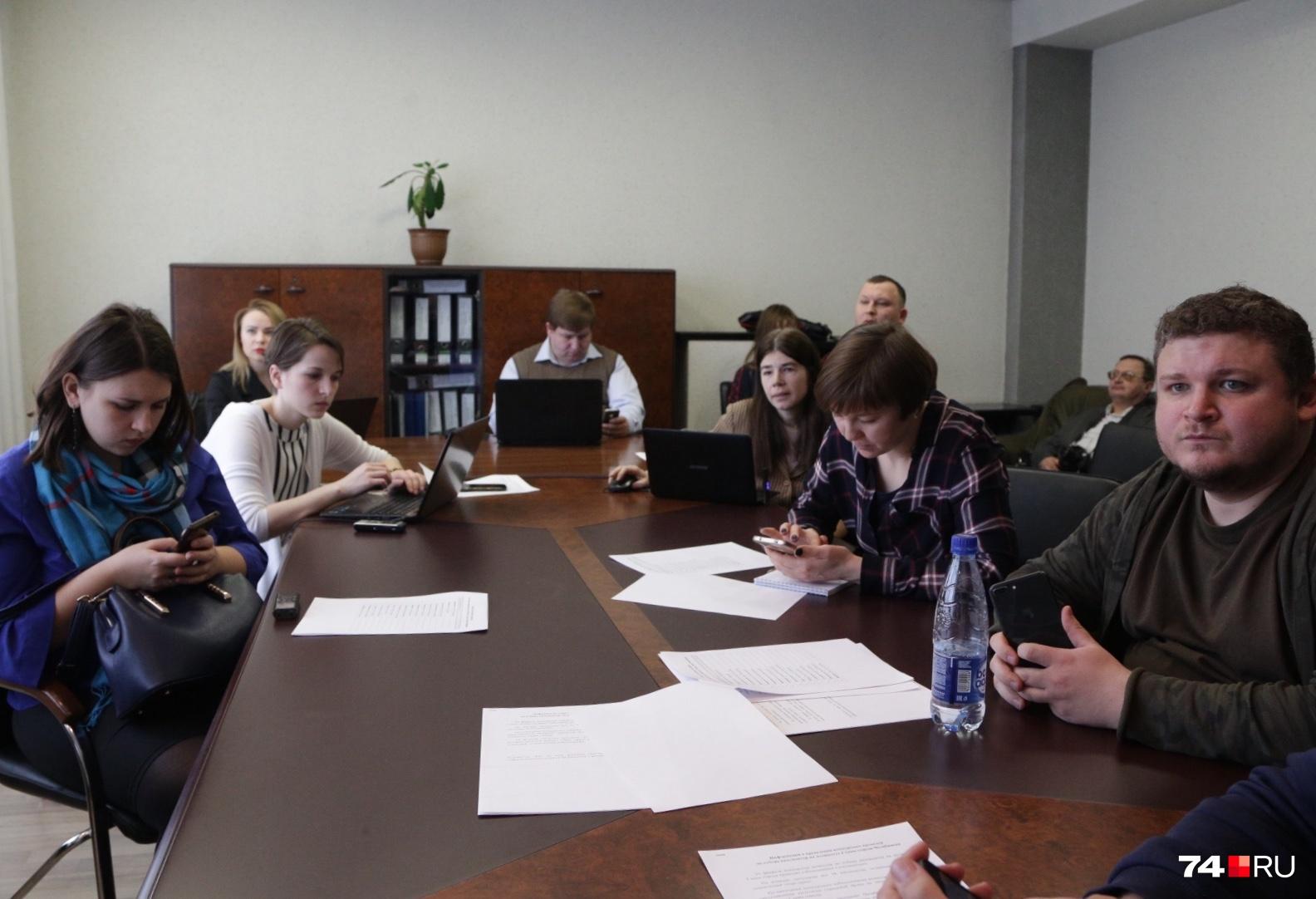 В пресс-центре (справа возле стены) за выступлениями следит бывший член избиркома Челябинской области Александр Лебедев, известный своими эпатажными поступками