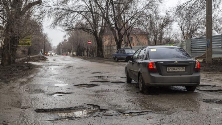 «Ремонт кончился сразу, как уехали СМИ»: убитую улицу Полоненко бросили с развороченными ямами