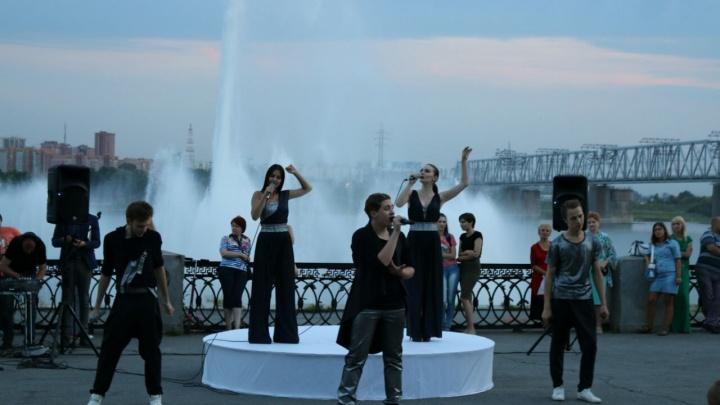 400 новосибирцев собрались на Михайловской набережной послушать песни про лётчиков