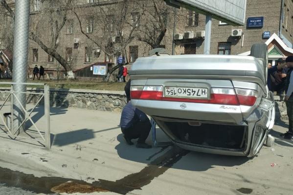 «Ниссан» вылетел на тротуар и перевернулся на крышу