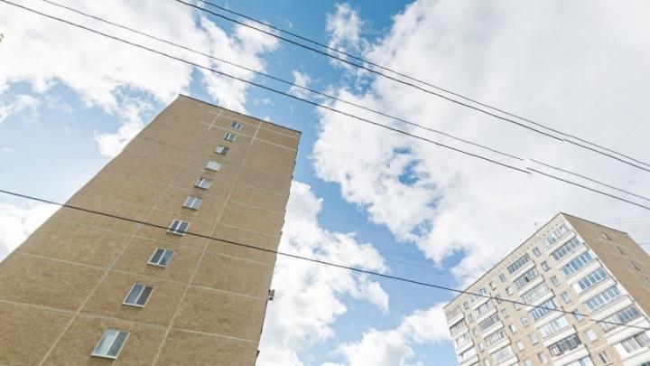 Заливает лифт и проводку: жители дома на Уралмаше боятся за свою жизнь из-за протекающей крыши