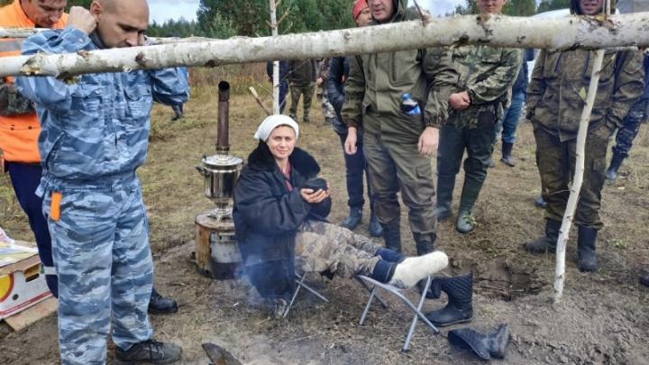 Появилось первое фото блуждавшей по заболоченному лесу двое суток женщины. Она пьёт чай и улыбается