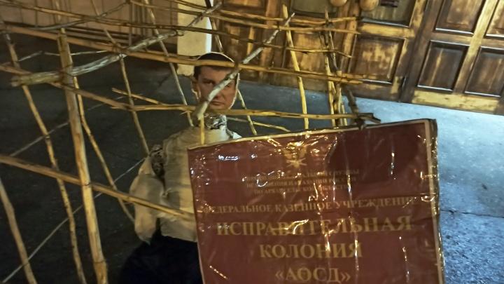 В Архангельске бумажного депутата посадили в клетку на крыльце областного собрания