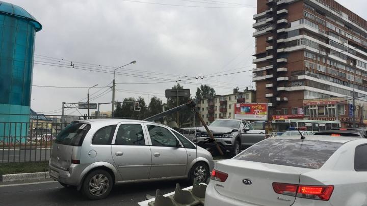 На Московском проспекте внедорожник снёс светофор: собирается большая пробка