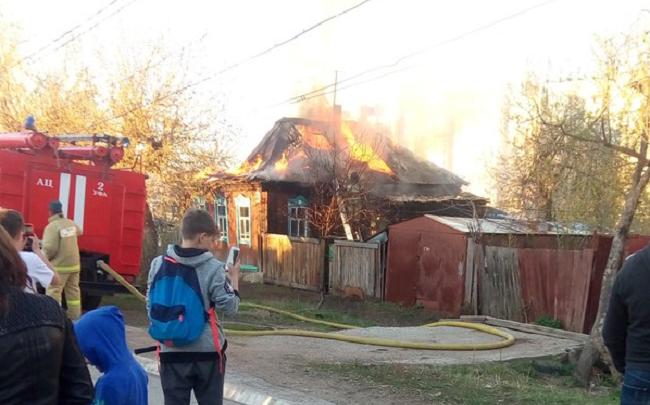 В центре Уфы загорелся частный дом