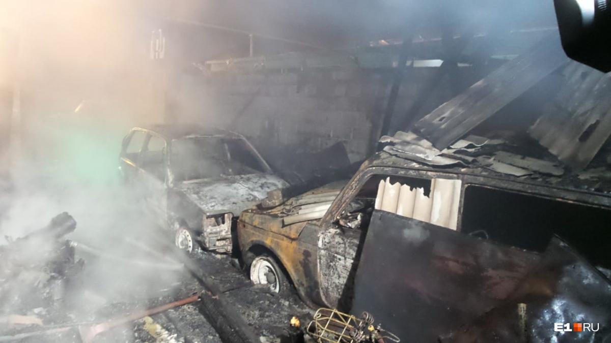 Припаркованные во дворе автомобили сгорели дотла
