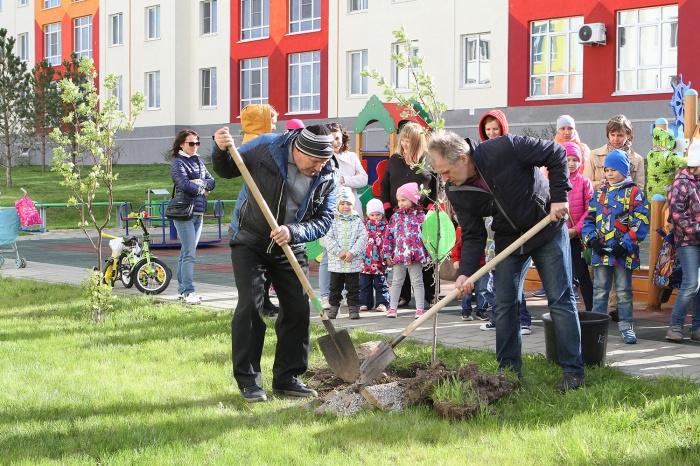 Жители микрорайона посадили «Дерево Дружбы» на Кедровом бульваре (фото)