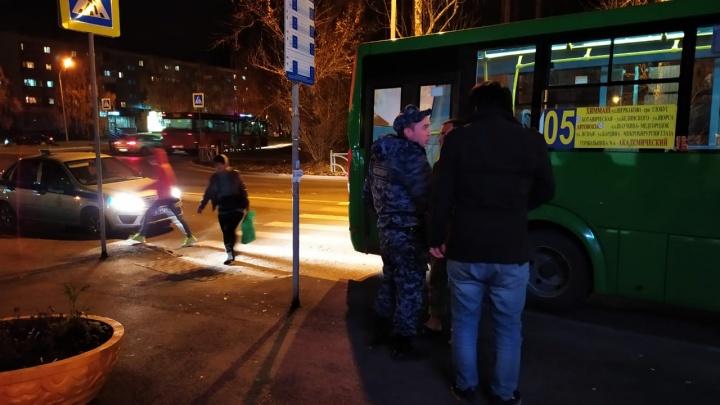 «Выбил стекло в двери ногой»: в Екатеринбурге пешеход напал на водителя автобуса