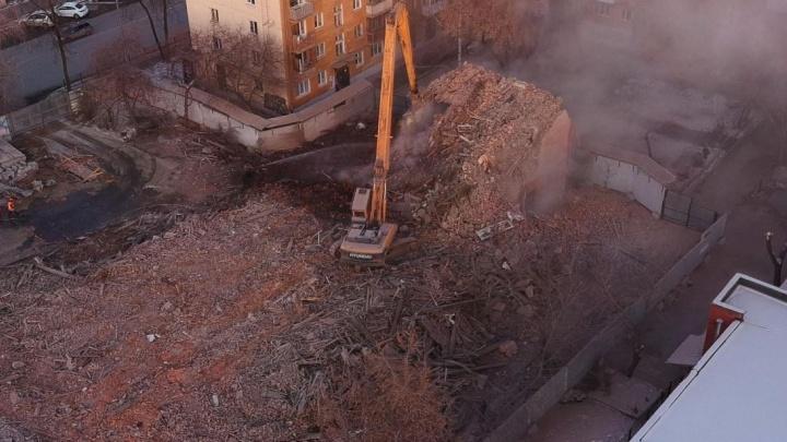 Горы щепок и кирпичей: летаем над снесённым зданием на Первомайской, где работал Ельцин