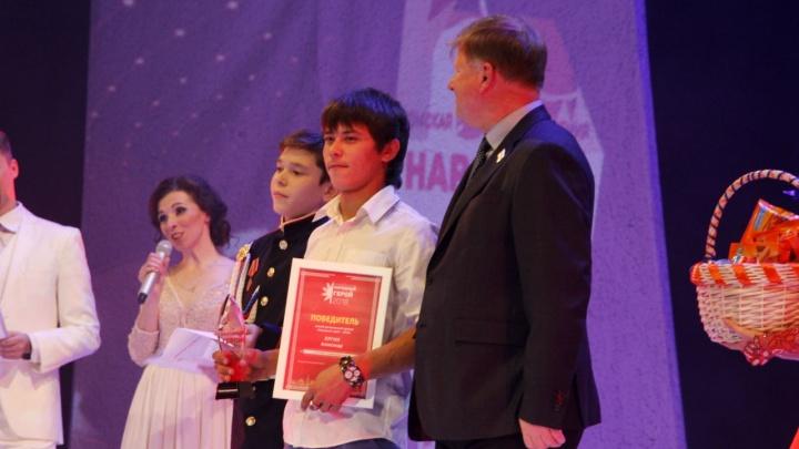 В Омске наградили подростка, который вытащил двух девочек из Иртыша