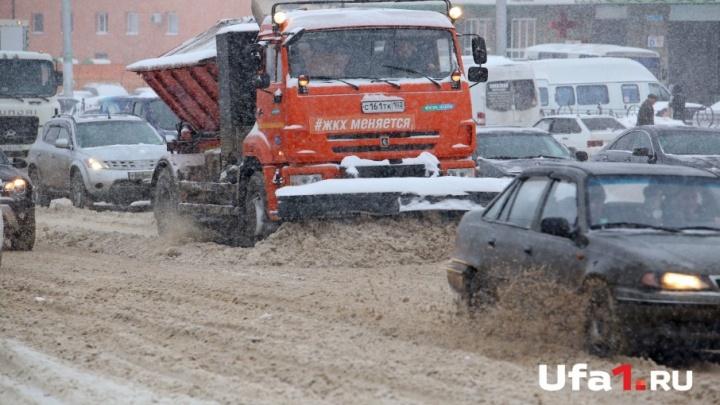 «Дворники работают в усиленном режиме»: на Уфу обрушилась метель