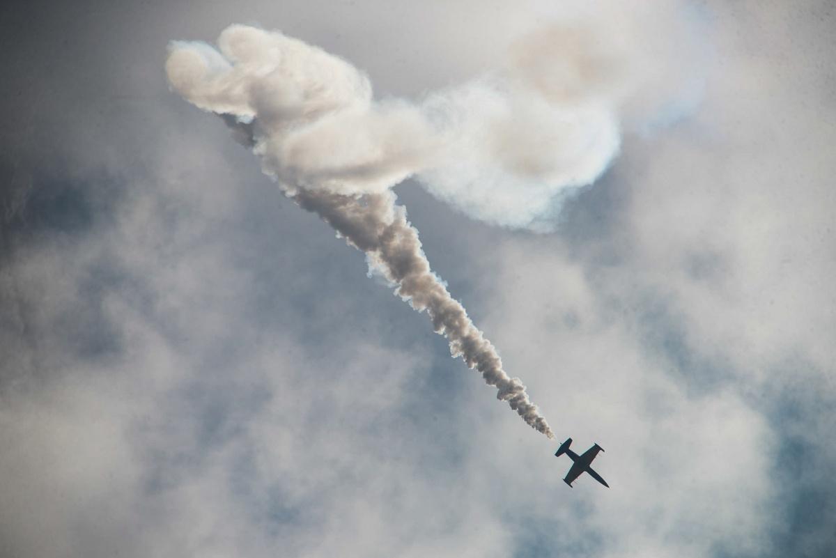 «Успеваю впечатлиться морем людей внизу»: московский фотограф снял авиашоу в Пышме из окна самолета