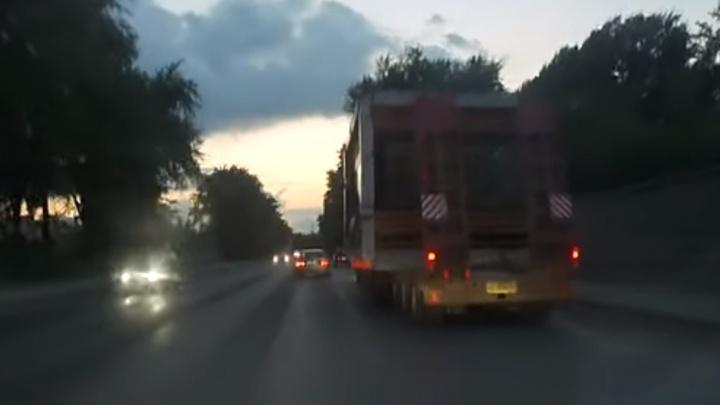 «Не первую ночь такое катается»: читатель Е1.RU снял на видео, как в Екатеринбурге увозят остановку
