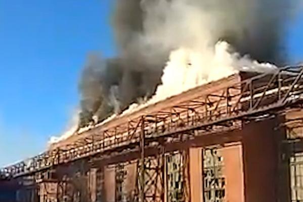 По словам очевидцев, есть угроза обрушения крыши