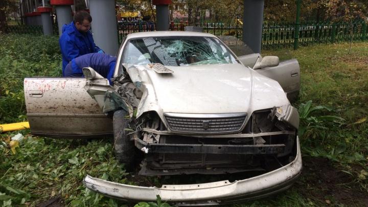 «Тойота» врезалась в мост детской железной дороги в Заельцовском парке