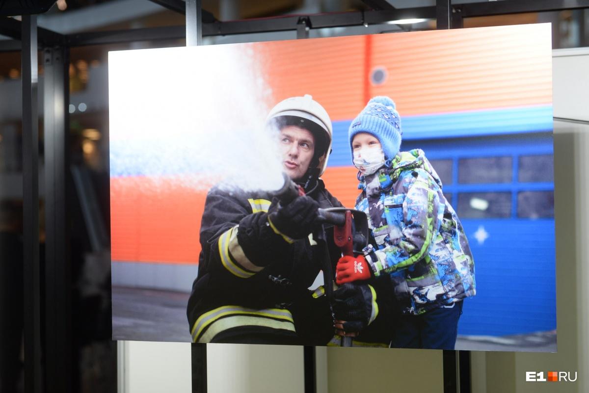 Этот мальчишка, наверное, мечтает стать пожарным