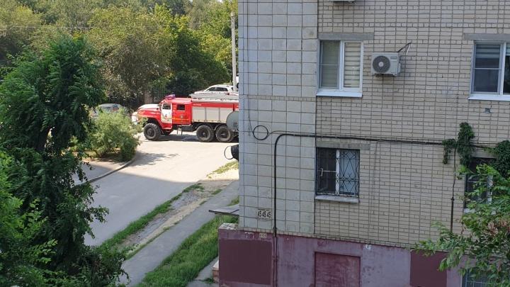 «Выскочила с детьми на улицу»: в Волгограде при пожаре в пятиэтажке эвакуировали жильцов
