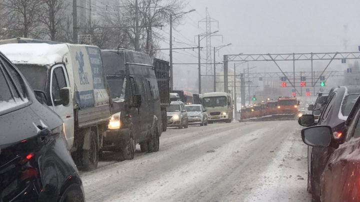 «Плелись как черепахи»: автопоезд из снегоуборочных машин застрял в пробке на Московском шоссе