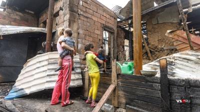 «Ещё пара минут, и все бы погибли»: семья с пятью детьми осталась на улице после пожара в Волжском