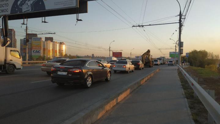 Пробка на два берега: Димитровский мост встал в 5-километровый затор из-за двух ДТП