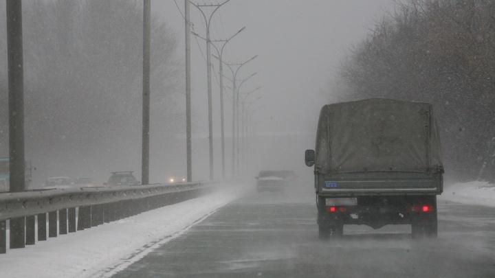 Трассу в Новосибирской области перекрыли из-за аварии с тремя грузовиками