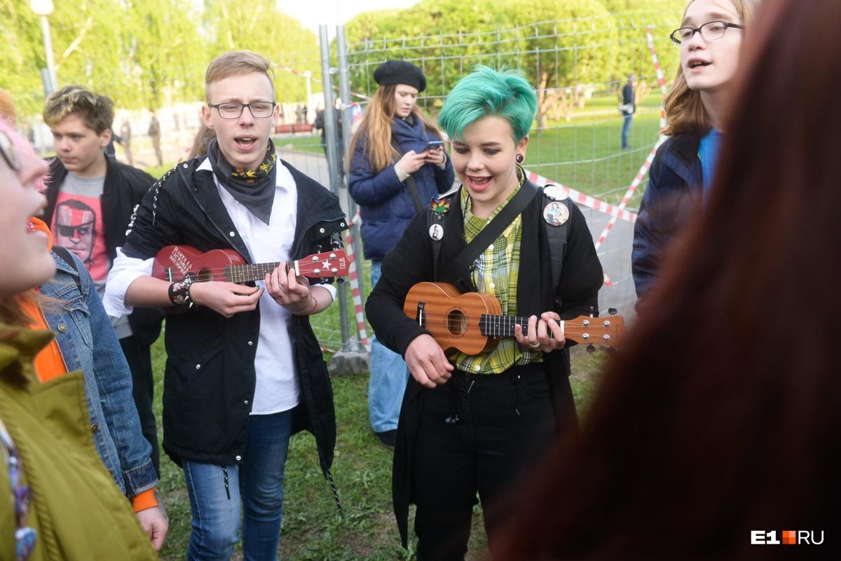 Участники акции в защиту сквера пели песни около железного забора