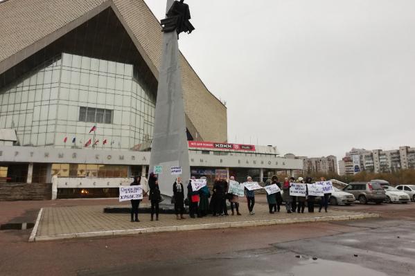 Ученики и педагоги гимназии выстроились с плакатами перед зданием СКК имени Блинова