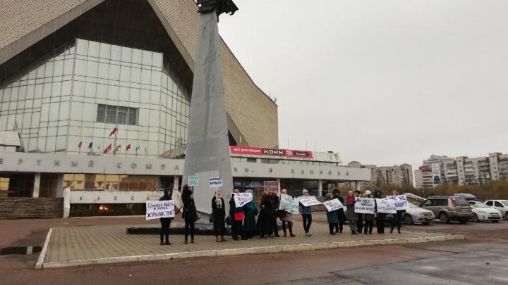 Учителя гимназии № 62 вышли на пикет в поддержку уволенного директора