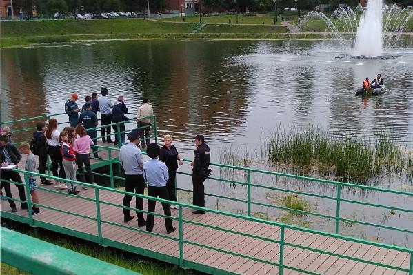 Подросток утонул в пруду Девичьи Слёзы в Ленинском районе. Его тело искали с лодки