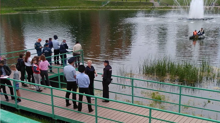 «Плавают на лодке, кого-то ищут»: в челябинском пруду утонул подросток