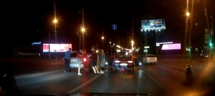 Ночную драку на Октябрьском мосту разняли две девушки (видео)